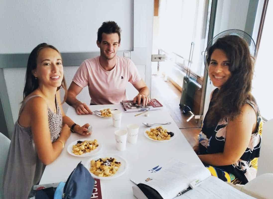 Estudiantes de alemán que comen un plato tipico austríaco en la academia Palmaleman