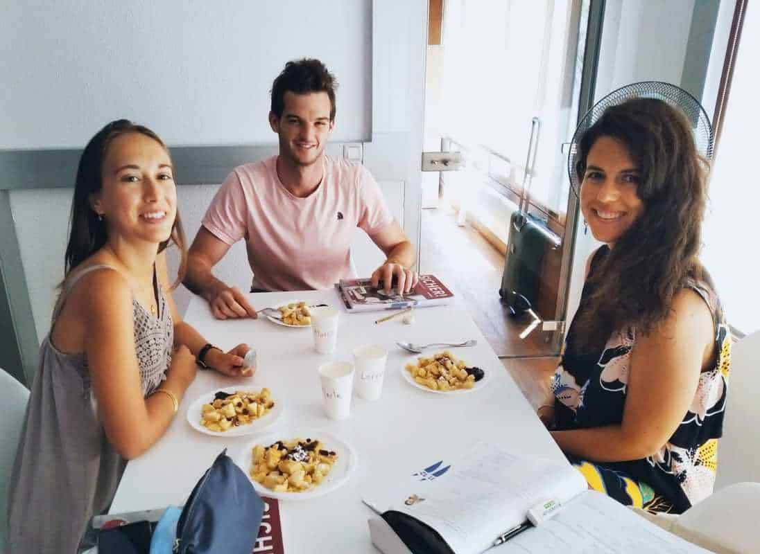 Schüler der Sprachschule Palmaleman in Palma de Mallorca essen Kaiserschmarrn